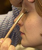 وبعد الإنتهاء من ماكياجك يمكنك استخدام قلم شفاف (( بلا