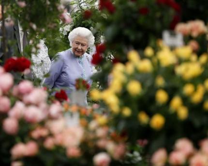 الملكة إليزابيث - معرض الزهور - رويترز